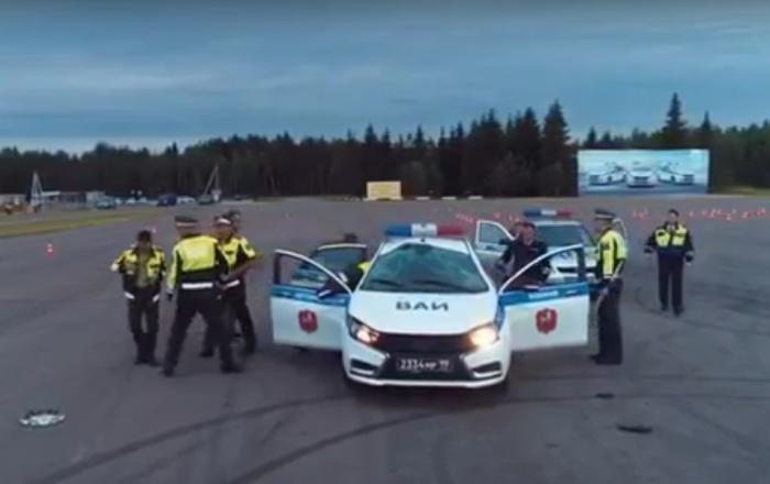 Rus askerler Lada Vesta ile ters drift yaparken takla attı