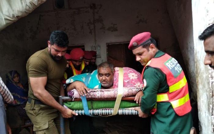 300 kiloluk obez adam askeri helikopterle hastaneye kaldırıldı