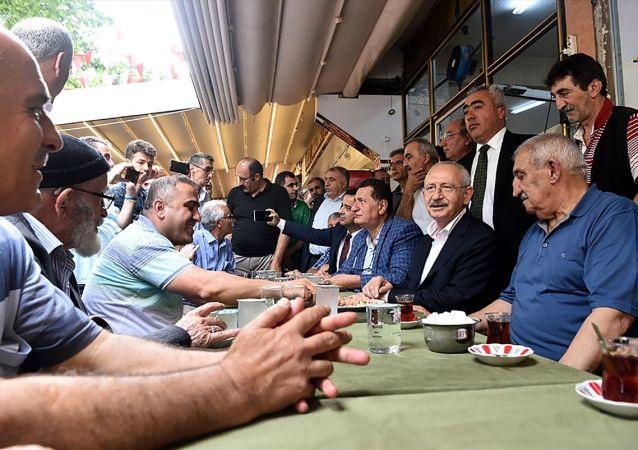 CHP Genel Başkanı Kemal Kılıçdaroğlu, İstanbul'da seçim çalışmaları kapsamında Fatih'teki Zeyrek Kadınlar Pazarını ziyaret etti.