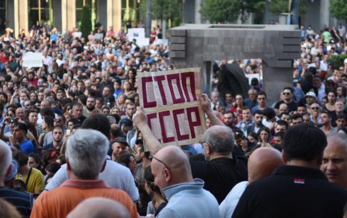 Tiflis'te protestocular Rus gazetecilere saldırdı