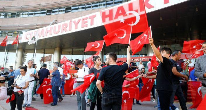 İstanbul Büyükşehir Belediye Başkanlığı seçimine ilişkin ilk sonuçlar, CHP Genel Merkezi'nde sevinçle karşılandı.