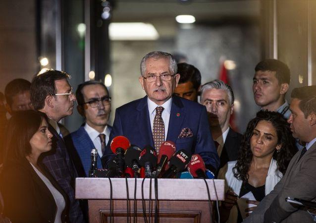 Yüksek Seçim Kurulu (YSK) Başkanı Sadi Güven, YSK önünde açıklamalarda bulundu.
