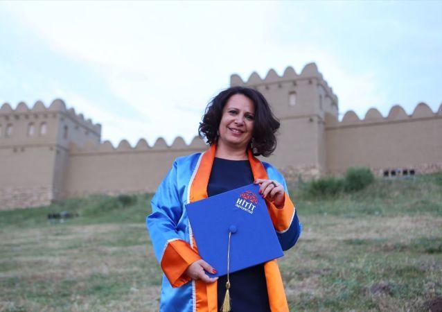 Hitit Üniversitesi Fen-Edebiyat Fakültesi Arkeoloji Bölümünü tamamlayan 47 yaşındaki iki çocuk annesi Semra Özçelik (fotoğrafta), dördüncü üniversiteden mezun olmayı başardı.