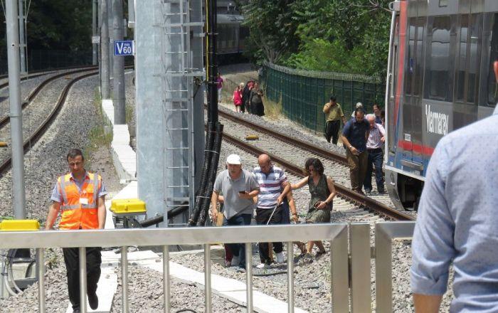 Marmaray arıza yaptı: Kapılar açılmayınca 2 yolcu fenalık geçirdi, vatandaşlar raylarda yürüdü