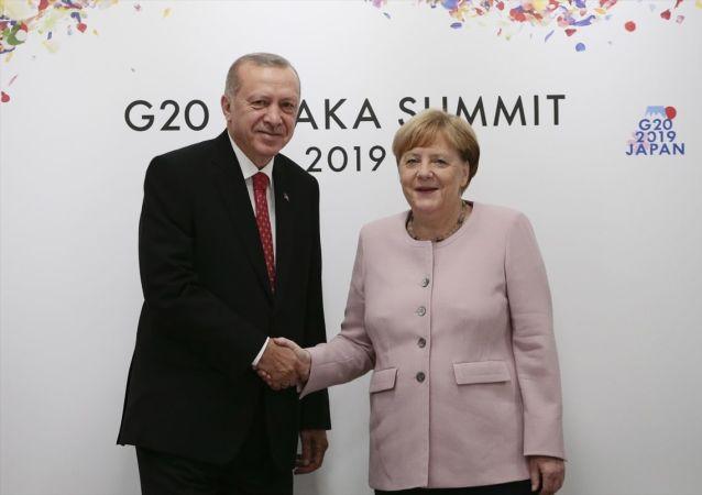 Türkiye Cumhurbaşkanı Recep Tayyip Erdoğan G20 Osaka Liderler Zirvesi kapsamında, Almanya Başbakanı Angela Merkel'i (solda) kabul etti.