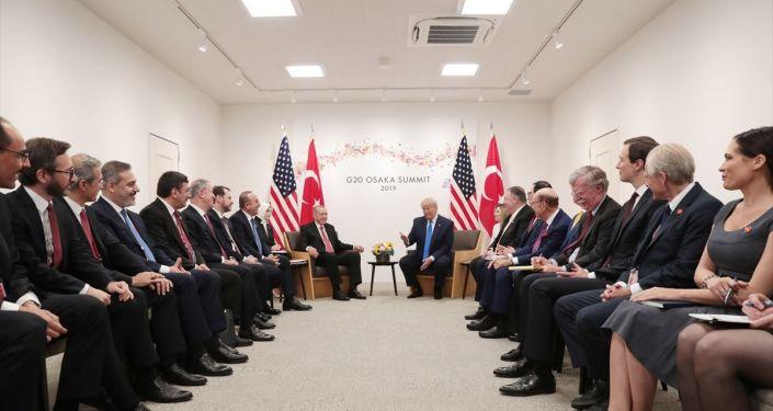 Görüşme öncesinde Türkiye ile ticari ilişkilerden bahseden ve Görüşmemizi anlamlı buluyorum diyen Trump, Türk heyetini de Bakın, şu insanlara bakın. Onlarla anlaşmak çok kolay. Hiçbir Hollywood setinde bu kadar güzel insanı bir arada bulamazsınız sözleriyle övdü.