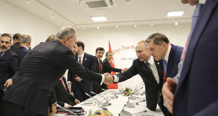 Milli Savunma Bakanı Hulusi Akar, Putin ile tokalaştı.