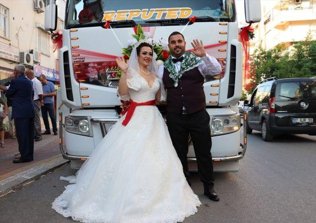 Antalya'da Kepez Belediyesinin Nostaljik Araçlar Müze Müdürü olarak görev yapan damat, düğününde tırı gelin arabası yaptı.