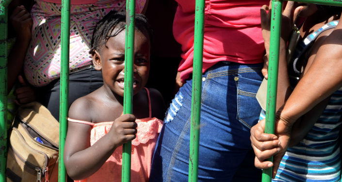 A child cries while waiting with her parents and other migrants from Africa and Haiti to enter the Siglo XXI immigrant detention center to request humanitarian visas, issued by the Mexican government, to cross the country towards the United States, in Tapachula, Mexico June 27, 2019. REUTERS/Jose Torres