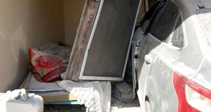 Mersin'in merkez Akdeniz ilçesinde, sürücünün fren yerine gaza bastığı otomobil bir kişinin uyuduğu evin odasına girdi.