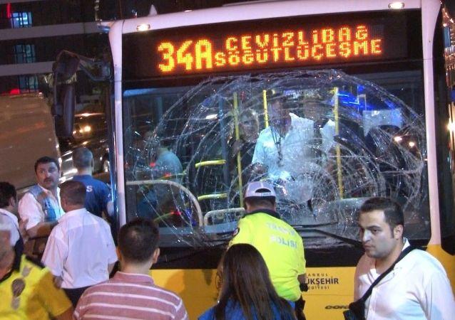 İstanbul'da Cevizlibağ-Söğütlüçeşme seferini yapan metrobüs yolun karşısına geçmeye çalışan 1 yayaya çarptı. Kazada yaya ile metrobüste bulunan 1 yolcu olmak üzere 2 kişi yaralandı.