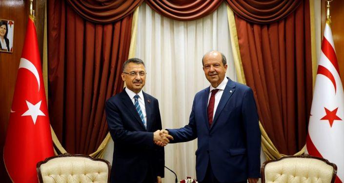 Cumhurbaşkanı Yardımcısı Fuat Oktay (solda), KKTC Başbakanı Ersin Tatar (sağda) ile heyetler arası ikili görüşme gerçekleştirdi.