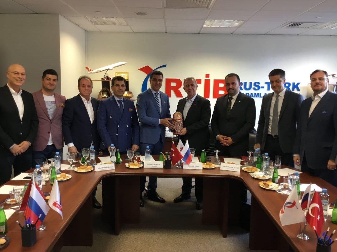 Rusya Türkiye İşadamları Birliği'ni (RTİB) ziyaret eden Yavaş'a matruşka hediye edildi.