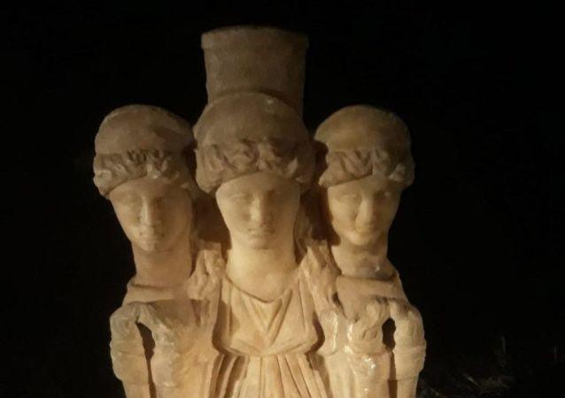 3 başlı kadın heykeli