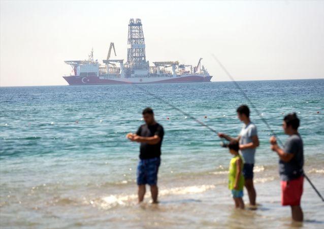 Türkiye'nin Milli Enerji ve Maden Politikası kapsamında, denizlerdeki arama ve sondaj faaliyetlerinin artırılması amacıyla TPAO tarafından satın alınan Türkiye'nin ikinci sondaj gemisi Yavuz, 25 Haziran 2019'da Antalya Körfezi'nin Konyaaltı Plajı açıklarında demirlemişti.