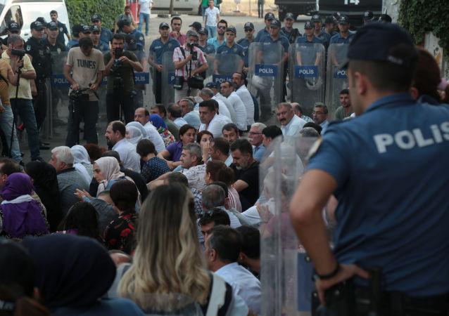 Danışmanları gözaltına alınan HDP'li vekiller önce gözaltı aracı kapısında ardından yolda oturma eylemi yaptı