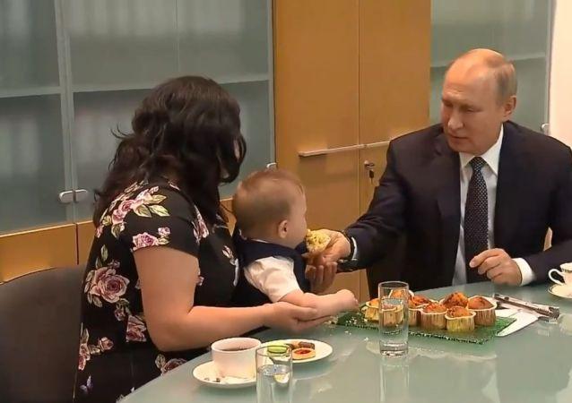 Putin adaşı bebeğe kek yedirdi