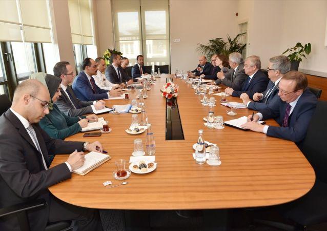 Cumhurbaşkanlığı Sözcüsü İbrahim Kalın (sol 4), Rusya Federasyonu Suriye Özel Temsilcisi Aleksandr Lavrentyev'i (sağ 3) kabul etti.