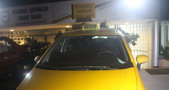 Kısa mesafeyi duyunca yolcuyu araçtan indirmeye çalışan taksici meslekten ihraç edildi