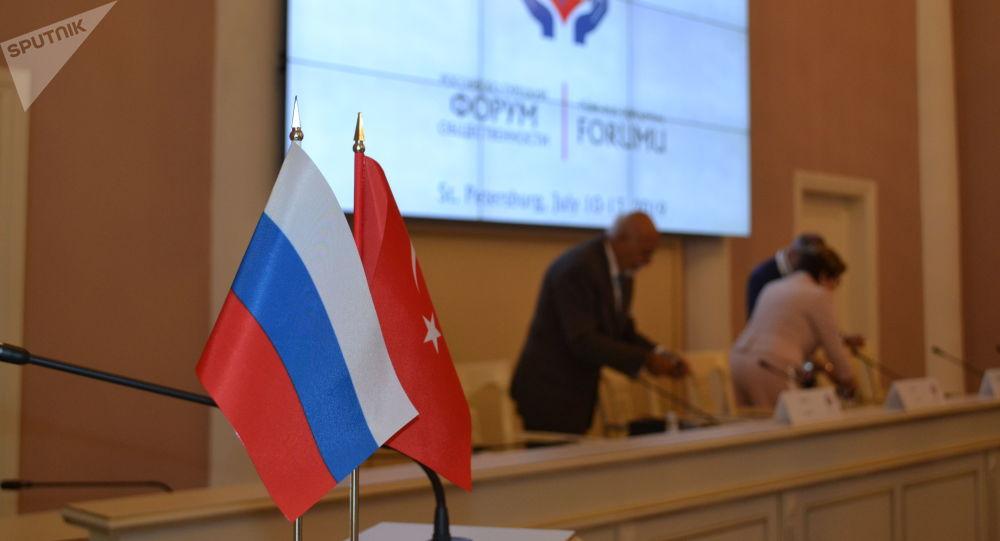 Dönemin Rusya Federasyonu Devlet Başkanı Dimitri Medvedev'in 2010 yılındaki ziyaretinin ardından kurulan Türk-Rus Toplumsal Forumu'nun 5. toplantısının gerçekleştirdiği St. Petersburg'daki Tavriya Sarayı'ndan bir kare.