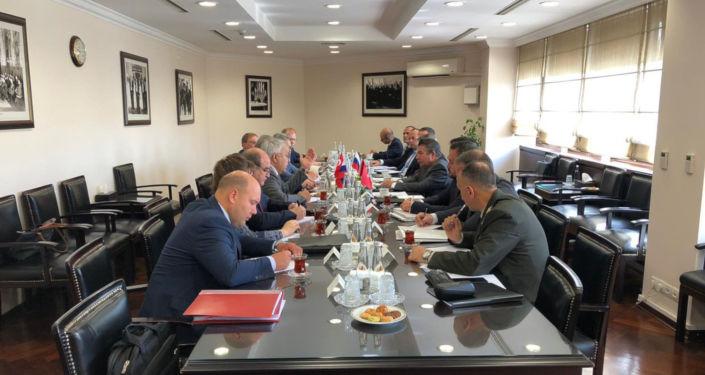 Türkiye Dışişleri Bakan Yardımcısı Sedat Önal ile Rusya Devlet Başkanı Vladimir Putin'in Suriye Özel Temsilcisi Aleksandr Lavrentyev ve Rusya Dışişleri Bakan Yardımcısı Sergey Verşinin, Ankara'da Suriye'yi görüştü.