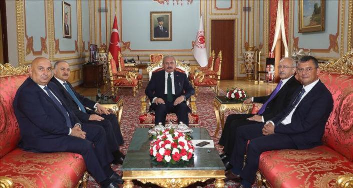 CHP Genel Başkanı Kemal Kılıçdaroğlu, TBMM Başkanı Mustafa Şentop'a, mevcut sistemin büyük ölçüde aksadığını ve Türkiye'ye büyük ölçüde ağır maliyetlere yol açtığını ifade ettiğini söyledi.