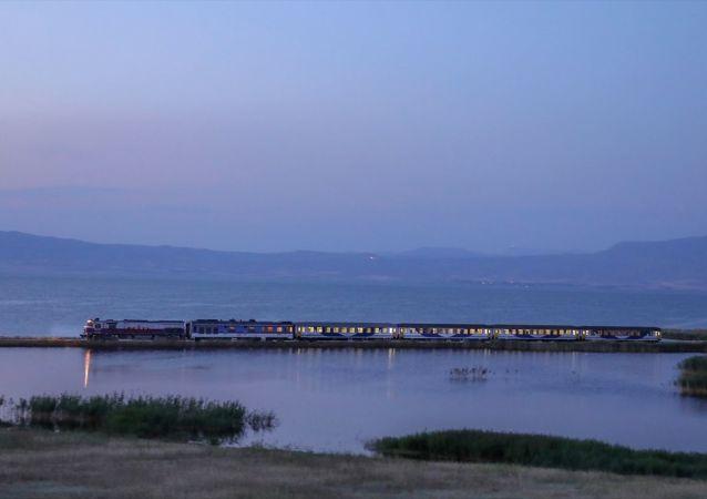 Tahran-Ankara arasında tren seferlerinin yeniden başlatılması kapsamında yapılan deneme seferinin ilk yolcuları Van'a ulaştı.