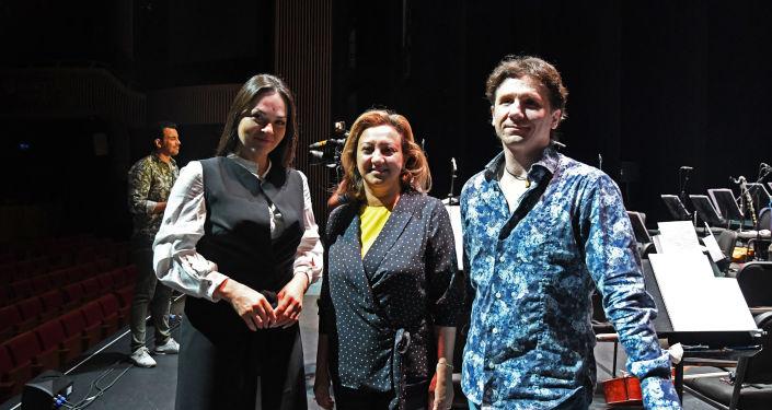 Bolşoy Tiyatrosu Solistleri gala provasında Anna Nechaeva, Anton Grishanin ve Türkiye Cumhuriyeti Kültür ve Turizm Bakan Yardımcısı Özgül Özkan Yavuz