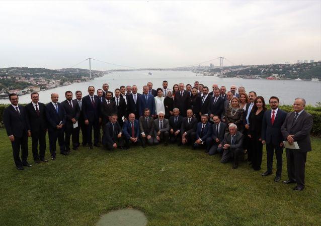 Türkiye Cumhurbaşkanı Recep Tayyip Erdoğan, Vahdettin Köşkü'nde gazete ve televizyon kanallarının genel yayın yönetmenleriyle bir araya geldi.