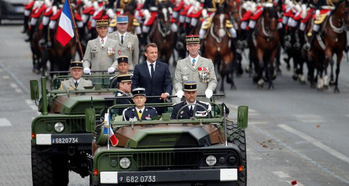 14 Temmuz 2019 Bastille Günü askeri geçit töreninde Genelkurmay Başkanı Francois Lecointre'nin eşlik ettiği  Cumhurbaşkanı Emmanuel Macron protesto edildi.