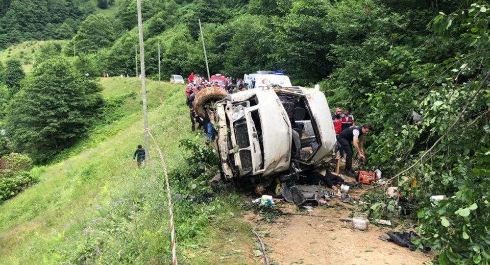 Giresun'un Espiye ilçesinde, yayla şenliğinden dönenleri taşıyan minibüsün dereye yuvarlanması sonucu 6 kişi öldü, 5 kişi yaralandı.