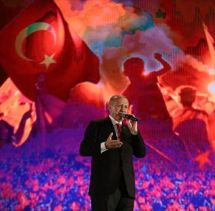 Türkiye Cumhurbaşkanı Recep Tayyip Erdoğan, Cumhurbaşkanlığı İletişim Başkanlığı tarafından 15 Temmuz Demokrasi ve Milli Birlik Günü dolayısıyla Atatürk Havalimanı'nda gerçekleştirilen 15 Temmuz Demokrasi ve Milli Birlik Günü Buluşmasına katılarak vatandaşlara hitap etti.