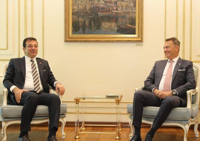 Beşiktaş Kulübü Yönetim Kurulu Başkanı Fikret Orman (sağda), 23 Haziran seçiminde İstanbul Büyükşehir Belediye Başkanı seçilen Ekrem İmamoğlu'na (solda) tebrik ziyaretinde bulundu.