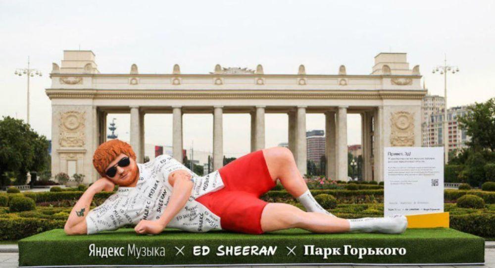 Ed Sheeran'ın Moskova'ya yerleştirilen 5 metrelik heykeli
