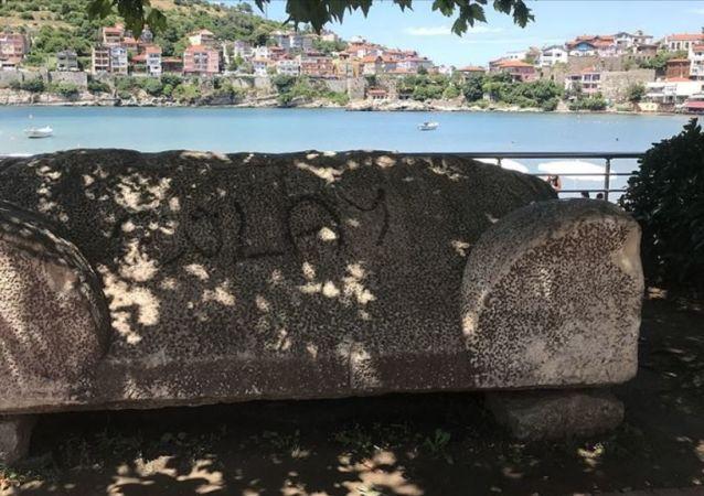 Bartın'daki 3 bin yıllık lahit mezara spreyle yazı yazıldı