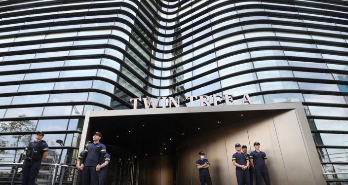 Güney Kore polisi, Japonya Büyükelçiliği'nin de için bulunduğu binanın önünde nöbet tutuyor