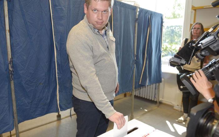 Danimarka tarihinde 'ilk': Aşırı sağcı siyasetçi göçmen mahallesine gitti, polis onu korumak için silah çekti