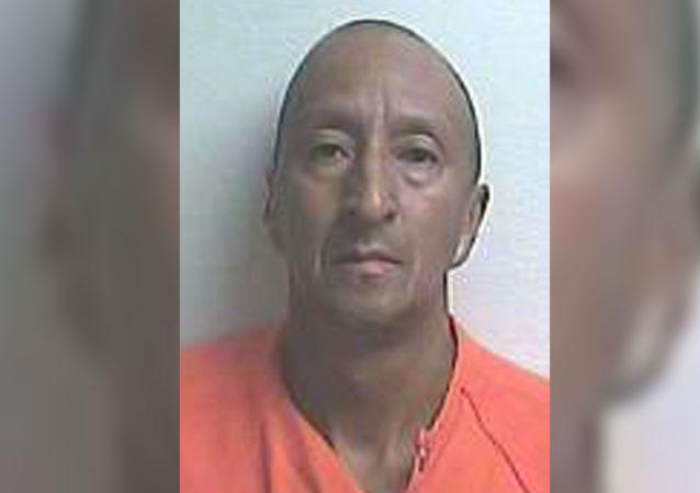 49 yaşındaki Alex Bonilla, Mayıs ayında bir pazar günü komşusunun karavanına girmiş ve karısıyla komşusunu yatakta yakalamıştı.