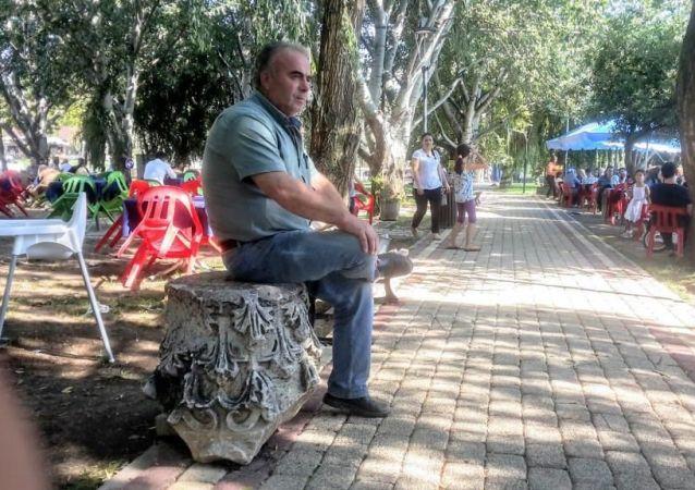 Bursa'nın İznik ilçesinde, molozların arasında bulunan, 5 yıldır bir çay bahçesinde sergilenen oymalı mermerin, Roma dönemine ait sütun başı olduğu ortaya çıktı.