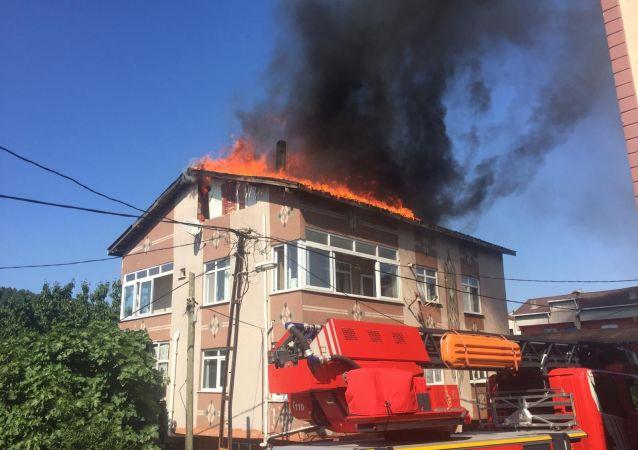 Ümraniye'de aynı binada üç saat arayla ikinci kez yangın çıktı.