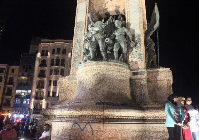 Taksim Cumhuriyet Anıtı'na sprey boyayla yazı yazdılar: 'Mehmet'