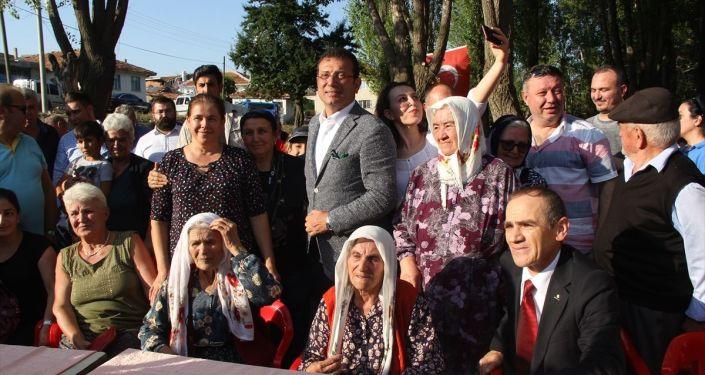 İstanbul Büyükşehir Belediye Başkanı Ekrem İmamoğlu, Afyonkarahisar'ın Sandıklı ilçesine bağlı Selçik Köyünde düzenlenen Sarı Dede'yi Anma ve Kültür Festivale katıldı. İmamoğlu, burada köylülerle hatıra fotoğrafı çektirdi.