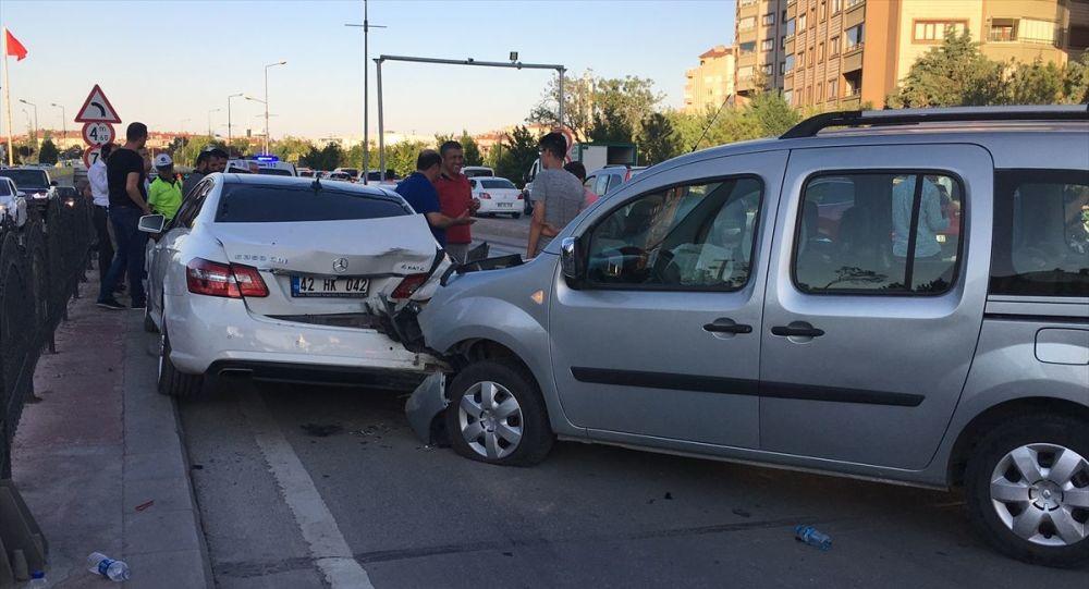 Konya'nın merkez Selçuklu ilçesindeki alt geçitte yaklaşık yarım saatte meydana gelen 3 zincirleme trafik kazasında, 2 kişi yaralandı.