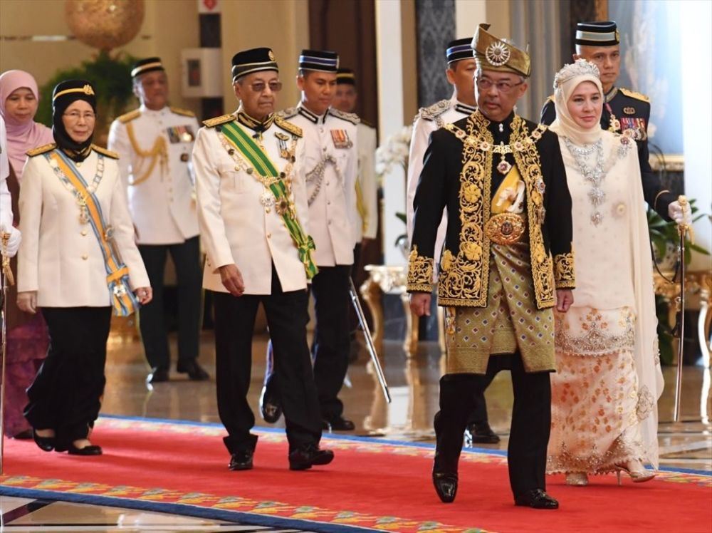 Bugün 60 yaşına giren ve taç giyme töreni için doğum günü tarihini seçen Sultan Abdullah, törene, kralların giydiği Muskat adlı altın işlemeli siyah elbiseyi kuşanarak geldi. Malezya milli marşı ve selamlama töreninin ardından Sultan Abdullah, tacını giymek üzere Taht Odası'na (Balairong Seri) geçti.
