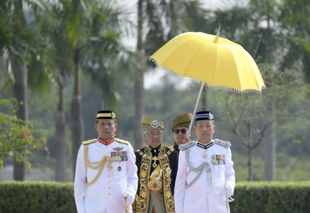 Malezya'nın 16. kralı Sultan Abdullah, bu görevi 5 yıl yürütecek. Önceki Malezya Kralı Sultan V. Muhammed'in 2 yıllık görevinin ardından, ocak ayında beklenmedik bir şekilde tahtını bırakması sonucu Pahang Eyalet Kralı Sultan Abdullah, 24 Ocak'ta 9 eyalet kralından oluşan Yöneticiler Konferansı tarafından ülkenin yeni kralı olarak belirlenmişti.