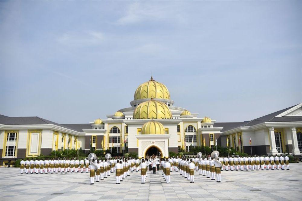 1959 doğumlu Sultan Abdullah, 1975'te babası Sultan Ahmed Şah tarafından eyalet krallığının tek varisi ilan edildi. Sultan Ahmed'in sağlığının kötüye gitmesinin ardından 2016'dan bu yana kral vekili olarak Pahang eyaleti krallığını temsil eden Abdullah, aynı zamanda Uluslararası Futbol Federasyonları Birliğinin icra kurulu üyeliği görevini yürütüyor.