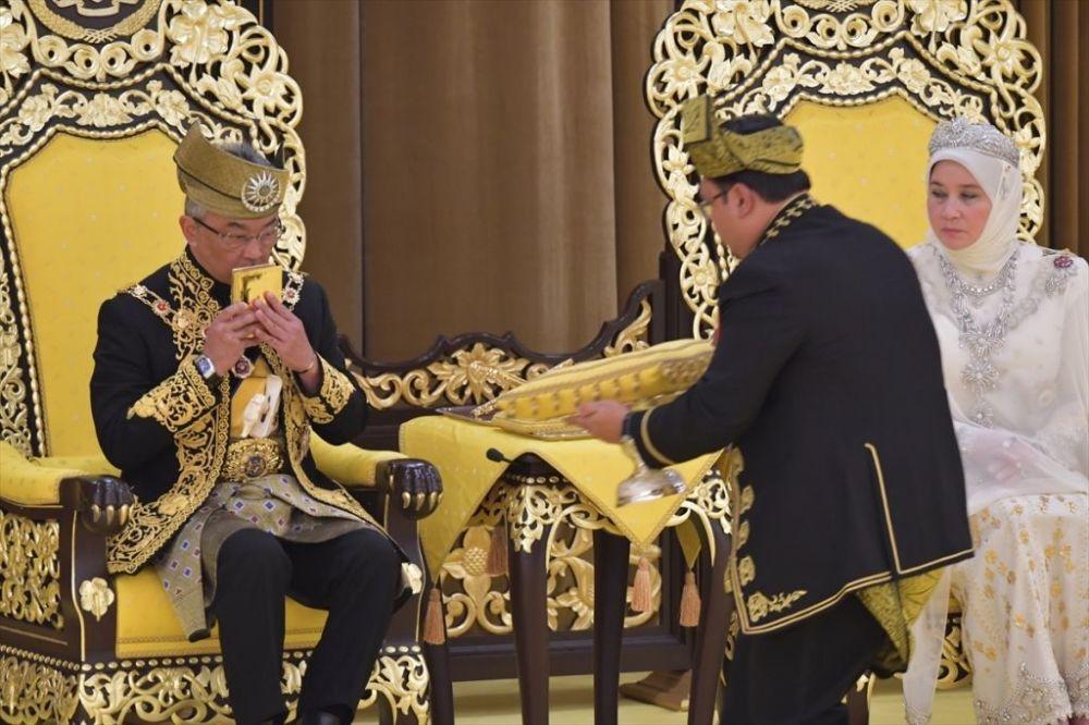 Malezya kralının görevinin son bulmasının ardından toplanan ve ülkenin 9 eyalet kralından oluşan Yöneticiler Konferansı, kendi aralarında verdikleri kararla yeni Malezya kralını seçiyor. Kanunlar gereğince Malezya krallığı, Yöneticiler Konferansı üyesi 9 eyalet arasında dönüşümlü olarak belirleniyor. Sırası gelen eyalet kralı, yaşının küçük olması, konferans üyelerinin onayını almaması ve tahta çıkmayı istememesi gibi istisnai durumlarda Malezya krallığına geçemiyor. Yeni Malezya kralının seçimi ise ilk olarak Yöneticiler Konferansı'nın bir aday üzerinde anlaşması, daha sonra da bu adayın oy çokluğuyla seçilmesi şeklinde gerçekleşiyor.
