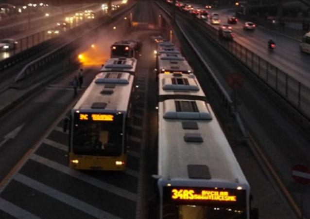 Avcılar'da metrobüs aracında yangın