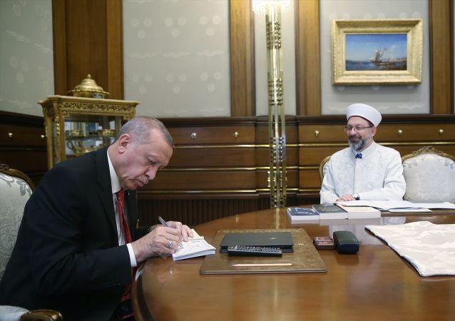 Türkiye Cumhurbaşkanı Recep Tayyip Erdoğan, Diyanet İşleri Başkanı Erbaş'ı kabul etti. Cumhurbaşkanı Erdoğan, kabulde Türkiye Diyanet Vakfı'na (TDV) kurban bağışında bulundu.