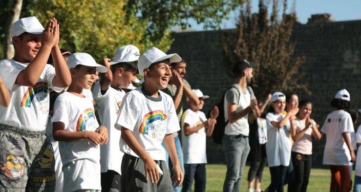 Çocukların yaşadığı travmayı atlatması için 'Travmanın sağaltılmasında etkili bir yol olarak oyun' adlı projeyi hayata geçiren Diyarbakır Barosu Çocuk Hakları Merkezi, önce projede yer alanlara yönelik bir eğitim gerçekleştirdi.